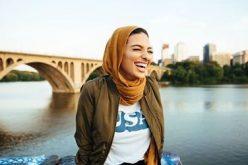 Femeie musulmană în paginile revistei Playboy. Tânăra poartă vălul tradiţional în fotografii  O tânără purtând văl este vedetă în revista Playboy