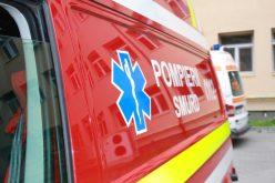 Un echipaj de pompieri și un echipaj SMURD intervin la un accident rutier în localitatea Feldru