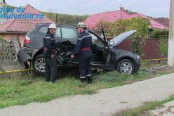 Accident la Gherla. Șoferul unui BMW a ajuns cu mașina pe un gard