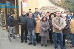 Greva spontan a postasilor. Acestia il asteapta pe premirul Ciolos la poarta USAMV Cluj – VIDEO