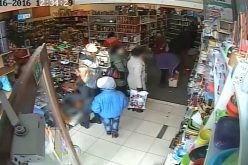 Hoață care fură portmonee surprinsă de camerele de supraveghere dintr-un magazin din DEJ. – VIDEO