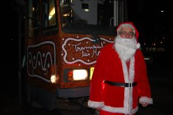 FOTO: Moş Crăciun vine cu tramvaiul la Cluj Napoca! Cei mici se pot întâlni cu el în fiecare seară