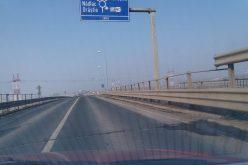 Crăpături în asfalt pe podul ce traversează Autostrada Orăştie-Sibiu, în apropiere de Sebeş
