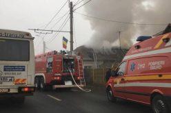 FOTO: Incendiu la Cluj. Acoperișul unei case a fost mistuit de flăcări