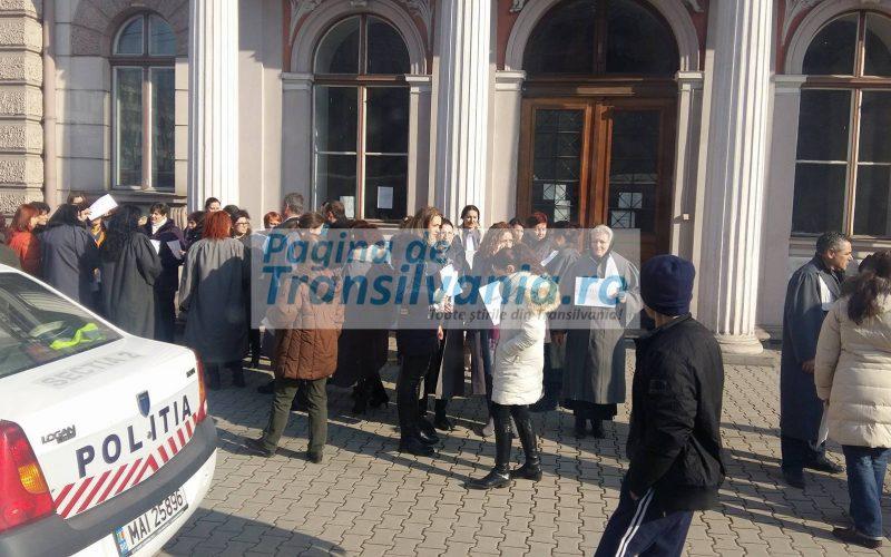 FOTO: Protest la Cluj. Grefierii au ieșit în stradă, nemulțumiți de salarizare