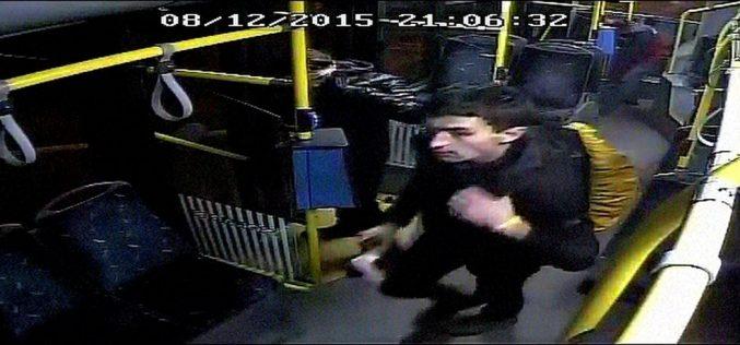 FOTO: L-ați văzut? Un tânăr care a pulverizat cu un spray lacrimogen doi controlori de bilete este căutat de polițiștii clujeni