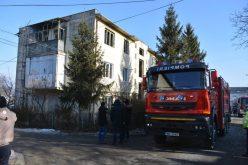 FOTO: Locatarii blocului din Cluj în care a explodat un apartament nu se pot întoarce acasă! Tânărul rănit a fost transportat la București