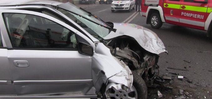 FOTO: Cinci persoane rănite la Cluj după ce două mașini s-au ciocnit frontal