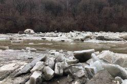 FOTO ISU Cluj a mai detonat o acumulare de zăpoare de pe râul Arieș