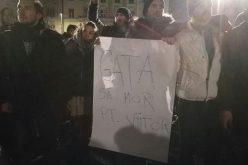 VIDEO: Proteste spontane în toată țara, după ce Guvernul a adoptat ÎN SECRET ordonanța privind grațierea. La Cluj au ieșit peste 8000 de oameni în stradă