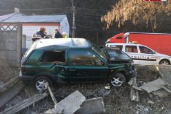 """FOTO Accident spectaculos în Cluj. Un șofer a """"zburat"""" cu mașina direct într-un gard de beton"""