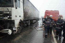 Accident grav pe DN1C în Cluj. Șoferul unui TIR a intrat într-un pod de beton din cauza vitezei