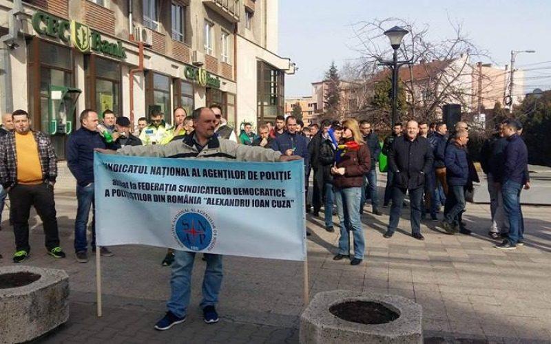 FOTO și VIDEO Proteste ale polițiștilor la Cluj. Oamenii legii vor sdalarii mai mari și condiții decente de lucru