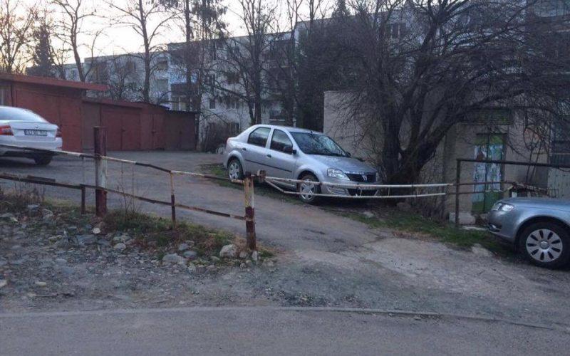 Locuitorii dintr-un cartier din Cluj-Napoca și-au făcut SINGURI parcare cu barieră. Cine ia taxa? / FOTO