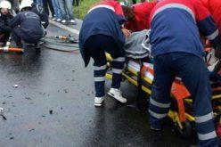 Lovită în plin de o mașină în timp ce traversa strada. Tânăra de 19 ani se află în stare gravă