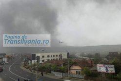 FOTO: Fumul gros care provine de la vegetația arsă pune în pericol avioanele care aterizează pe Aeroportul Internațional Cluj