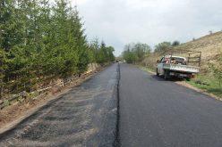 FOTO: Se asfaltează părți din drumul Mănăstireni – Răchiţele, drum de acces spre Parcul Național Apuseni