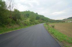 FOTO Lucrări de asfaltare pe drumul Gherla – Nicula – Săcălaia – Sic, unde sunt obiective de mare interes turistic