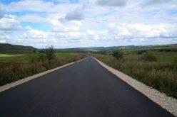 FOTO Au fost finalizate lucrările de asfaltare pe drumul judeţean Mănăstireni – Călata – Mărgău – Răchiţele