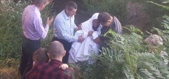 """VIDEO REVOLTĂTOR: Bătrână """"botezată"""" sub un pod din jud. Satu Mare de un grup de extremiști religioși!"""
