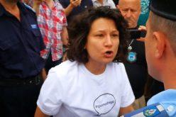 VIDEO ȘOCANT: Tânără luată pe sus de jandarmi chiar în centrul Clujului! De la ce a pornit scandalul