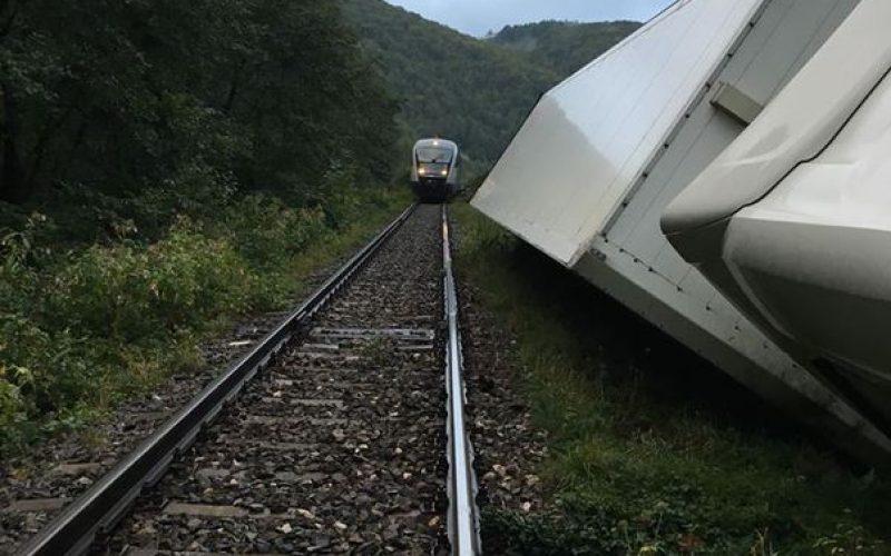 Circulaţia feroviară, întreruptă în zona localităţii clujene Negreni după ce un tir s-a răsturnat