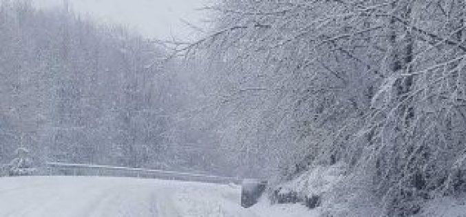 VIDEO: Peisaj de iarnă cu ninsori abundente în Cavnic Maramureș dar și în alte zone ale țării. Unde acționează deja drumarii ce drumuri au fost inchise