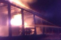 FOTO / Au rămas fără locuință, după un INCENDIU DEVASTATOR chiar în Ajun de Anul Nou. Flăcările au făcut scrum o casă din Râmeț