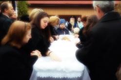 VIDEO / Momente emotionante la capataiul Minodorei Luca! Primarita din Baisoara a fost condusa astazi pe ultimul drum de sute de oameni