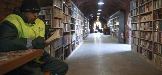 Gunoierii turci au deschis o bibliotecă cu cărțile aruncate de alții