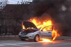 VIDEO / O mașină a ars ca o torță în Viișoara. Autoturismul s-a aprins în mers