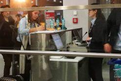 VIDEO: Blocați pe aeroportul Otopeni! Zeci de oameni așteaptă de ore bune să plece din București spre Cluj Napoca