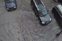 VIDEO / Alba Iulia, sub asediul apei Mai multe străzi inundate după ploaia torențială