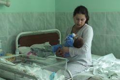 Maternitățile ar putea fi obligate prin lege să asigure părinților instruire post-natală. Noua lege impune și prezentarea schemei de vaccinare!