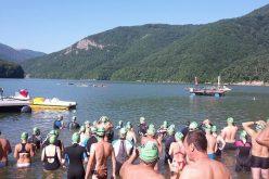 Pasionații de înot extrem sunt invitați să traverseze lacul Tarnița