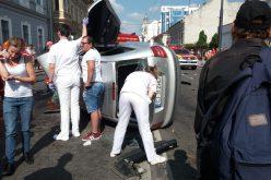 FOTO VIDEO:  Masina rasturnata pe strada Motilor dupa o coliziune cu un autobuz CTP