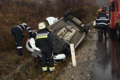 FOTO / Accident rutier la intrare în localitatea Dumitra din jud. Bistrița Năsăud. 3 adulți și 2 copii au fost preluați de ambulanțe