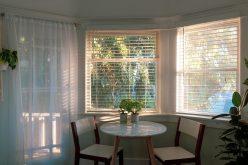 Ai nevoie de jaluzele pentru ferestrele camerei tale? Iată câteva avantaje ale acestora!
