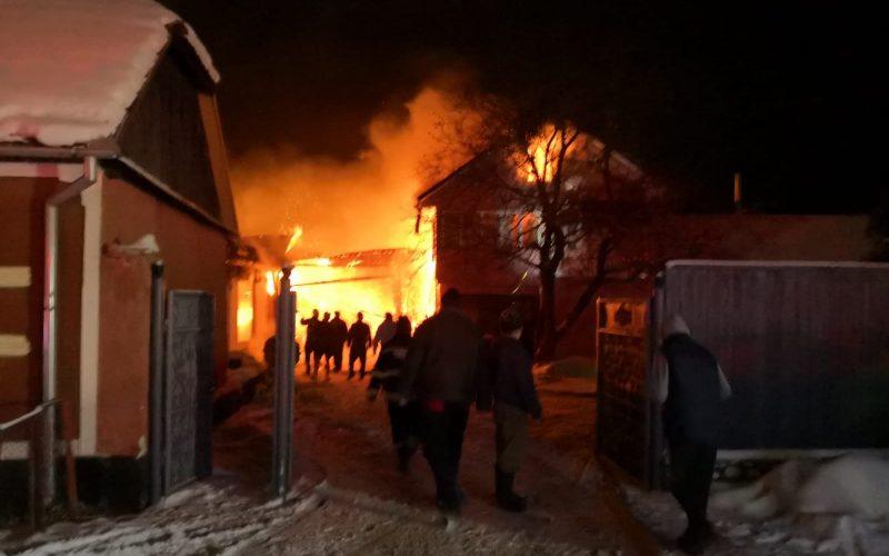 FOTO / Incendiu violent într-o comună din Bistrița-Năsăud. Au ars două case și o anexă