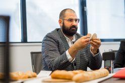"""Chef Adrian Hădean la dezbaterea pe tema risipei alimentare, din cadrul campaniei Nu arunca pâinea: """"Să nu uităm că accesul la pâine pe care îl avem astăzi e o chestie atât de vremelnică și de trecătoare, să nu uităm cum am trăit acum 30 de ani"""""""