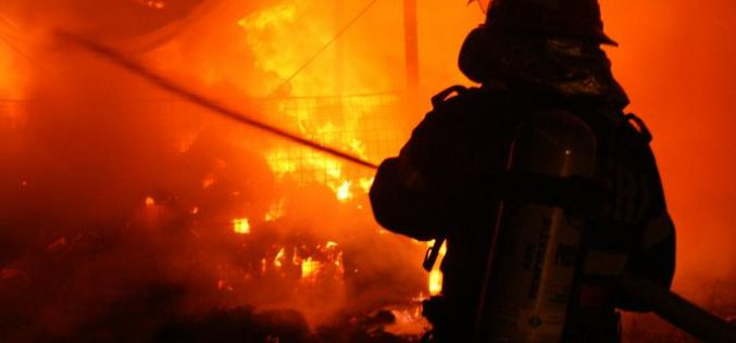 Un tânăr din Oradea a dat foc apartamentului în care locuia și apoi a sărit pe geam, de la etajul doi