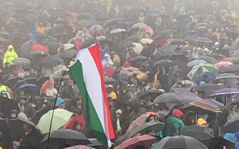 FOTO / Mii de pelerini cu steaguri maghiare îl așteaptă pe Papa Francisc la Șumuleu Ciuc. Suveranul Pontif a solicitat ca româna să fie prima limbă tradusă