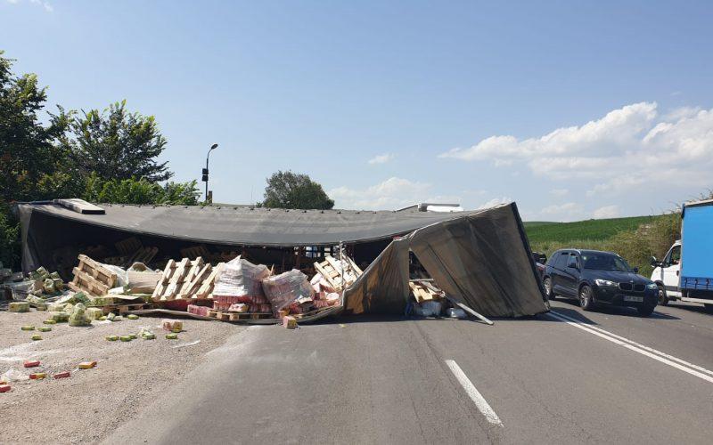 FOTO/ VIDEO: Autotren răsturnat la ieșire din Municipiul Turda. Încă două autoturisme acroșate în accident, iar șoferul autotrenului a rămas blocat în cabină.