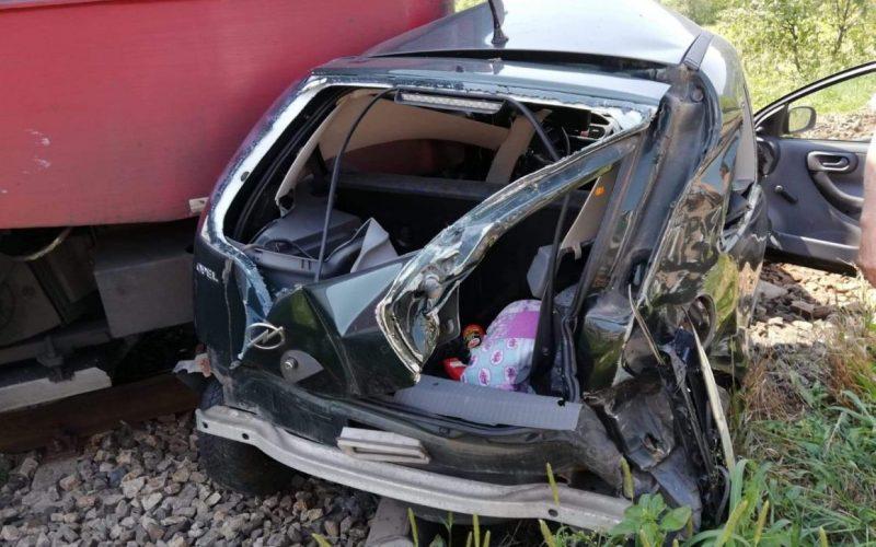 Mașină spulberată de tren, în Bistrița-Năsăud. Două persoane, în stop cardiorespirator