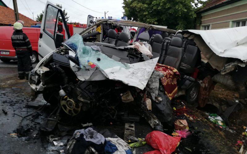 FOTO: Doi morți și șapte răniți în Bihor după un impact frontal ce a avut loc ăntre un TIR și un microbuz