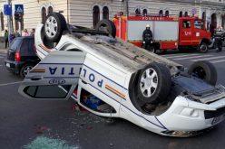 Autospecială de poliție răsturnată în centrul Clujului după ce a fost lovită de o altă mașină