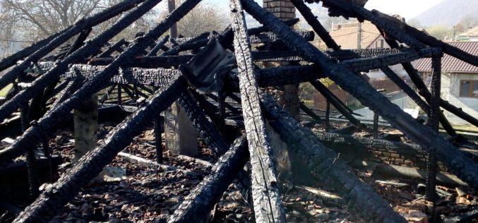 Bărbat de 80 de ani cu arsuri după ce i s-a aprins locuința, de la un aragaz defect