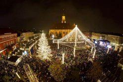 VIDEO   Carusel cu 3.000 de luminițe și patinoar în jurul statuii lui Matei Corvin, la Târgul de Crăciun
