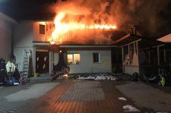 Acoperișul unei case din Cluj-Napoca, distrus de flăcări