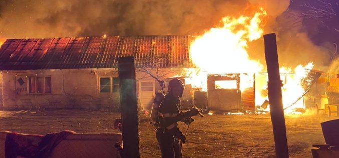VIDEO | Mai mulți copii au rămas fără casă în plină iarnă după ce locuința acestora a ars din temelii.
